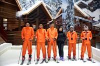 Anita Tanjung bersama para instruktur ski. Ya betul, kamu bisa main ski di sini. Seru banget! (Rachman/detikcom)