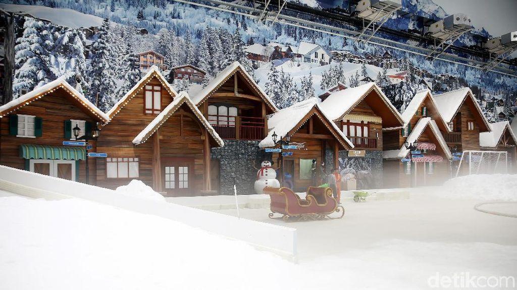 Foto: Suasana Penuh Salju di Trans Snow World Juanda