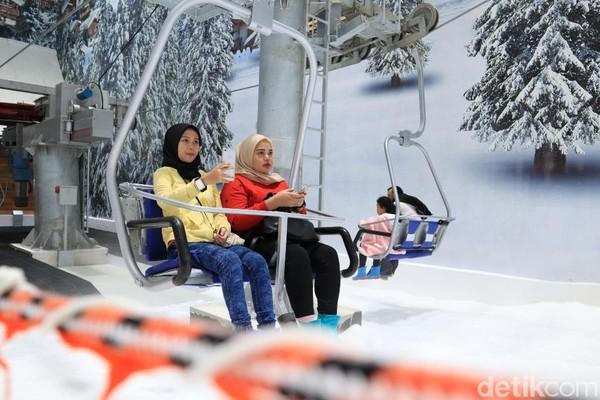 Di Trans Snow World Juanda ada juga wahana kereta gantung untuk mengantar wisatawan. Persis seperti di Eropa (Randy/detikcom)