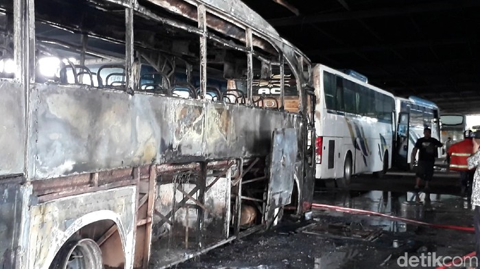 Bus di dalam garasi yang ludes terbakar, Brebes. Foto: Imam Suripto/detikcom