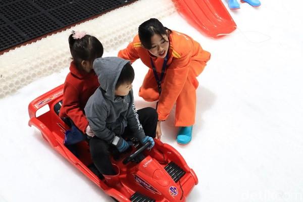 Snow Ranger mendampingi anak-anak bermain salju. Orangtua pun bisa tenang liburan di sini (Randy/detikcom)