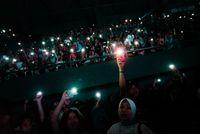 Tutup Konser Boyzone, Ronan Keating Lempar Simbol 'Saranghae' ke Penonton