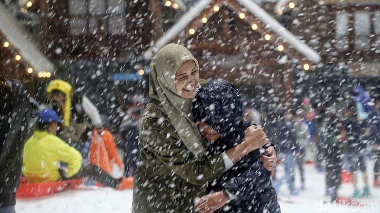 Cuma di Trans Snow World Bekasi Bisa Rasakan Hujan Salju Ala Eropa