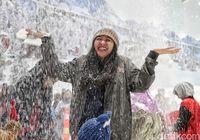 Cuma di Trans Snow World Bekasi Bisa Rasakan Hujan Salju
