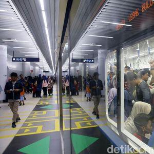 Warga Rela Antre Panjang Demi Naik MRT Jakarta