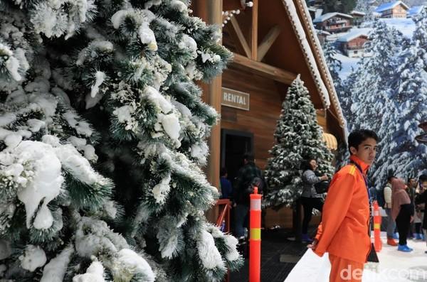 Bagi traveler yang ingin bermain ski atau sledge ride, perlu menyewa peralatan Rp 30 ribu hingga Rp 100 ribu untuk sewa alat ski dan lainnya (Randy/detikcom)