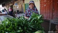 Bermacam sayur-mayur juga turut dijajakan di pasar ini.