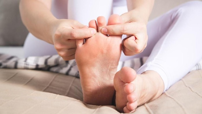 Womans leg hurts, pain in the foot, massage of female feet at home