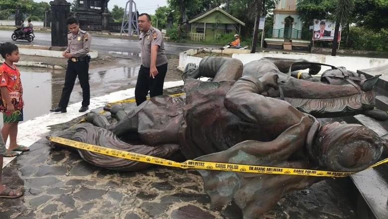 Hujan Deras dan Angin Kencang Robohkan Patung Diponegoro di Rembang