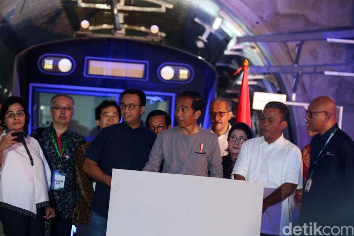 Presiden Jokowi didampingi Menteri Keuangan Sri Mulyani dan Gubernur DKI Jakarta Anies Baswedan meresmikan MRT Jakarta, Minggu (24/3/2019).