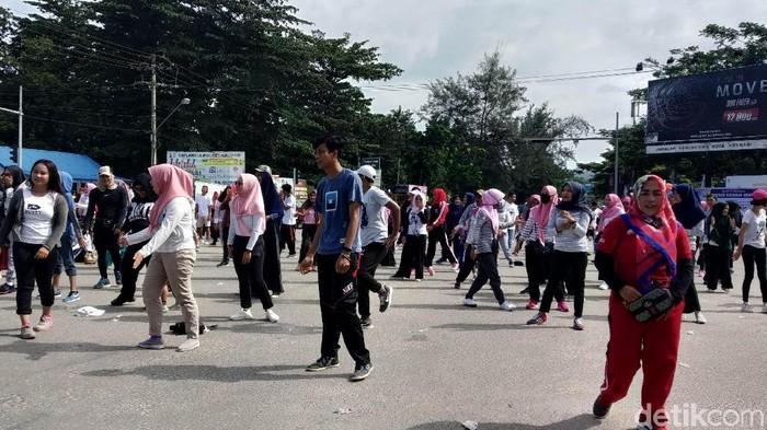 Emak-emak pendukung Prabowo-Sandi gelar senam akal sehat. (Sitti Harlina/detikcom)
