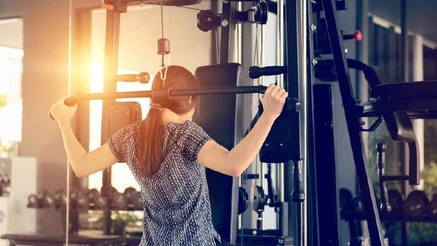 Pernah melihat alat seperti ini di gym? Namanya lat machine.