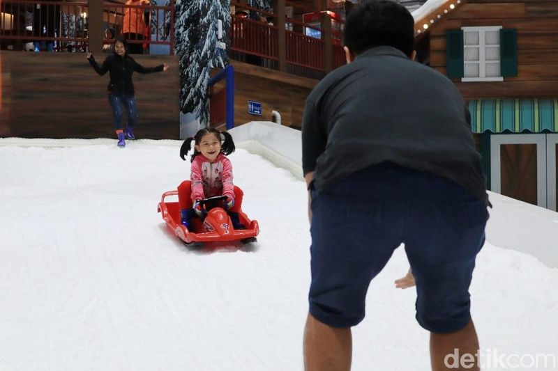 Seorang anak menikmati seluncuran salju di Trans Snow World Juanda. Ini adalah tempat wisata di Bekasi yang paling baru (Randy/detikcom)