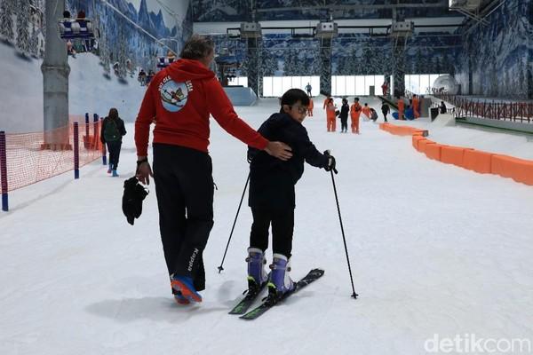 Kalau belum bisa main ski jangan kuatir. Ada instruktur yang akan mengajari wisatawan (Randy/detikcom)I