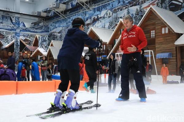 Instruktur ski Masimiliano Derevici (37) asal Italia pun sedia memberi tips berguna bagi kamu yang baru pertama kali main ski (Randy/detikcom)