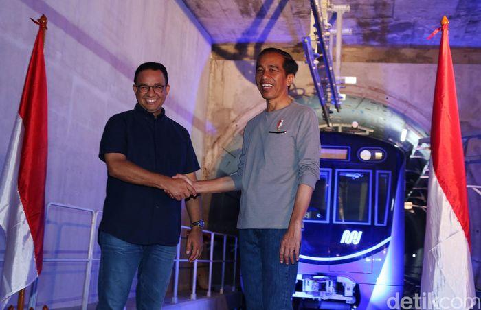 Senyum ceria Jokowi dan Anies Baswedan usai meresmikan MRT pertama di Indonesia.