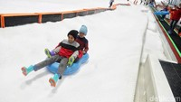 Selain bisa main ski, ada sejumlah aktivitas salju yang bisa kamu lakukan di Trans Snow World Juanda. Main perang salju hingga kereta salju tentu juga bisa dilakukan (Pradita Utama/detikcom)