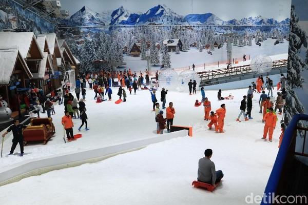 Trans Snow World Juanda buka dari pukul 09.00-23.00 WIB. Nggak perlu ke luar negeri untuk merasakan salju, cukup ke Bekasi saja (Randy/detikcom)