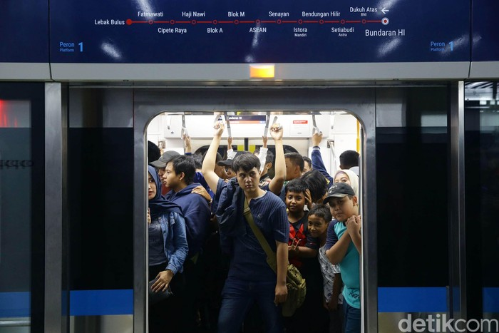 Menjajal MRT Jakarta. Foto: Grandyos Zafna
