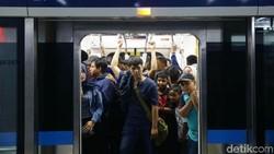 Sisi Lain Kelakuan Warga yang Malas Antre dan Gelantungan di MRT