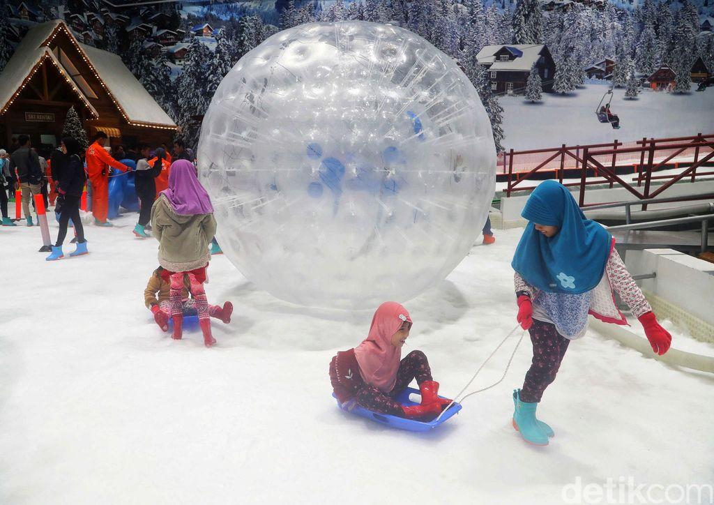 Wahana salju Trans Snow World Juanda di Bekasi telah resmi dibuka. Di tempat tersebut, traveler bisa mengajak keluarga seru-seruan bermain salju.