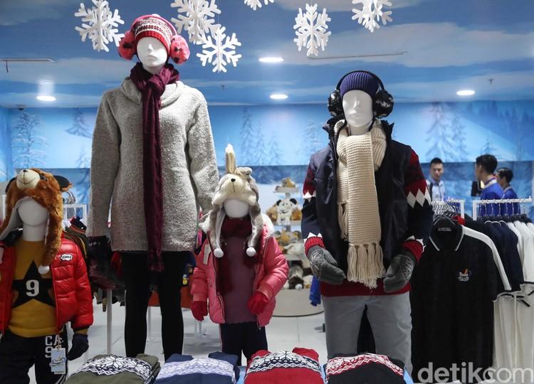 Trans Snow World Juanda resmi dibuka di Bekasi. Bagi Anda yang tak punya pakaian musim dingin, jangan kawatir. Di dalam Trans Snow World Juanda terdapat toko pakaian musim dingin.