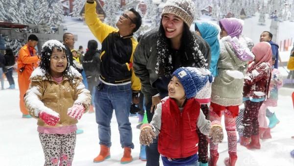 Mau main salju yang seru di sekitar Jakarta, langsung saja Anda sekeluarga berkunjung ke Trans Snow World Bekasi. Trans Snow World Bekasi adalah tempat traveler untuk main salju dan ski hingga merasakan wahana seru lainnya. (Pradita Utama/detikcom)
