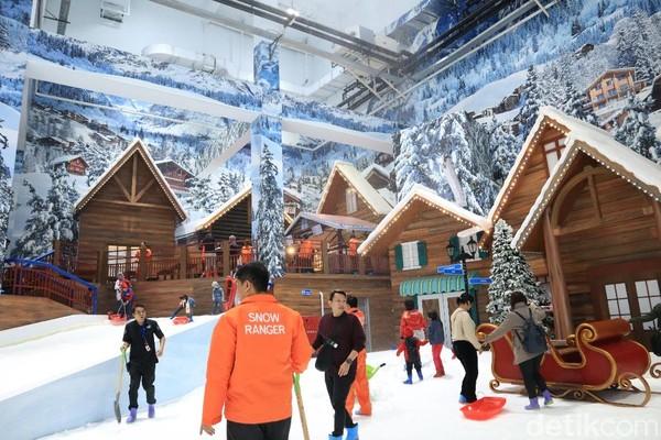 Pengunjung merasa senang karena bisa merasakan salju di Indonesia yang tropis (Randy/detikcom)