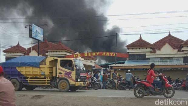 Kebakaran melanda garansi bus di Brebes.