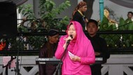 Foto: Gaya Wali Kota Surabaya Tampil Mencuri Atensi Pakai Kebaya dan Boots