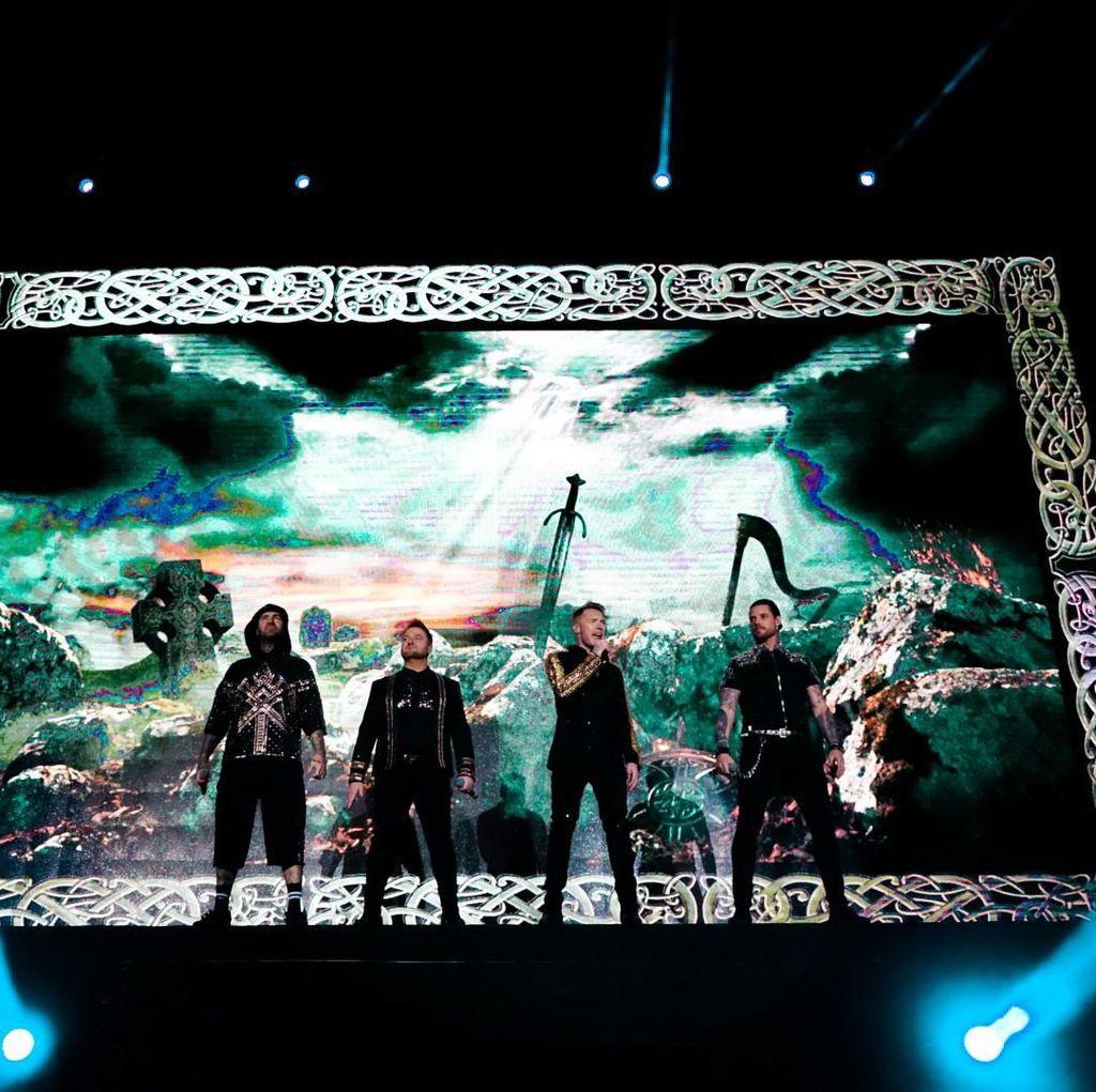 Tutup Konser Boyzone, Ronan Keating Lempar Simbol Saranghae ke Penonton