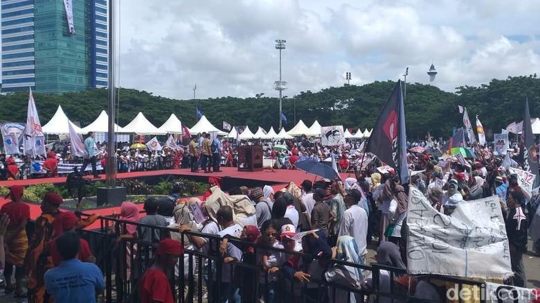 Massa Kampanye Akbar Prabowo Mulai Ramaikan Lapangan Karebosi Makassar
