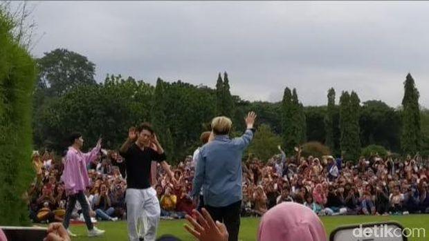 'Lautan' Fans Berdesak-desakan di Candi Prambanan Demi Bertemu SuJu dan TVXQ