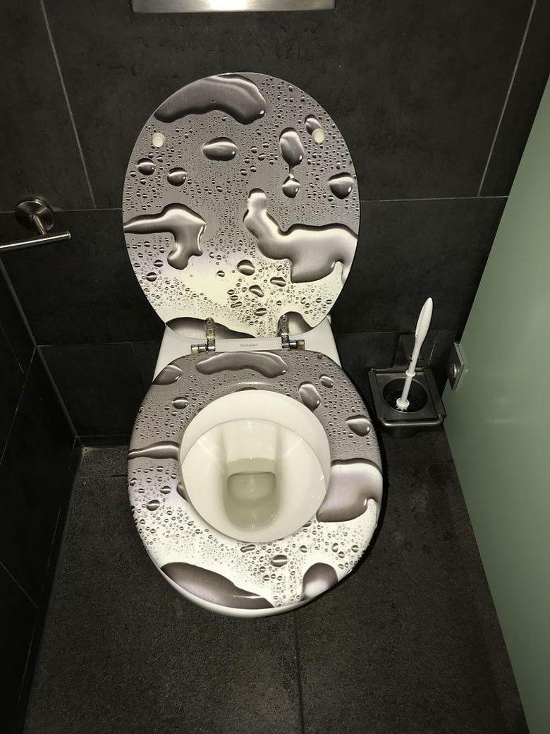 Berhentilah mengelap toilet itu. Itu bukan noda air. Istimewa/Dok. Boredpanda.