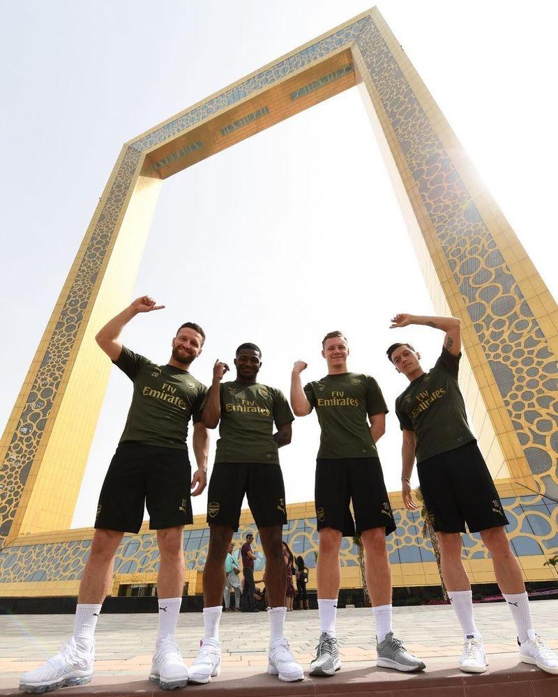 Para pemain Arsenal berkunjung ke Dubai, UEA untuk pertandingan persahabatan melawan Al Nasr dan peresmian Stadion Al Maktoum. Beberapa dari pesepakbola ini sempat ikut tur ke landmark-landmark Dubai, seperti Dubai Frame, bangunan berbentuk bingkai terbesar dunia (arsenal/Instagram)