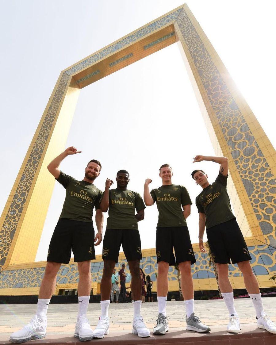 Mesut Ozil, Bernd Leno, Ainsley Maitland Niles dan Shkodran Mustafi sempat ikut tur mengunjungi landmark-landmark Dubai (Arsenal/Instagram)
