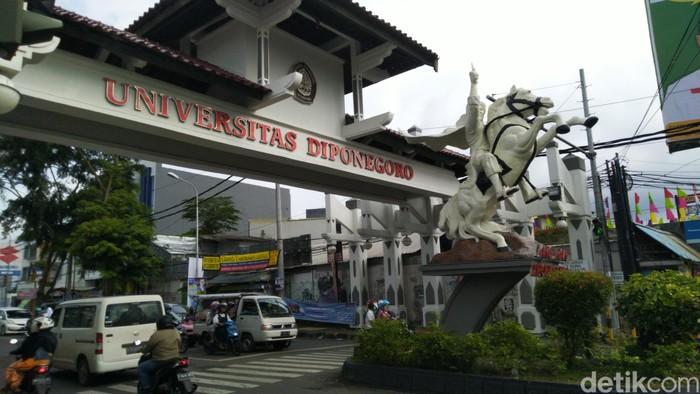 Angkutan umum di sekitar Universitas Diponegoro (Undip) Semarang, Senin (25/3/2019).