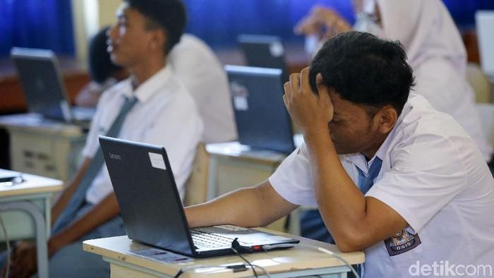 Siswa/i SMKN 1 Depok mengikuti Ujian Nasional Berbasis Komputer (UNBK), Depok, Jawa Barat, Senin (25/3/2019). UNBK ini berlangsung serentak diseluruh SMK seindonesia. Grandyos Zafna/detikcom  -. UNBK berlangsung selama 4 hari.