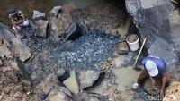 Rohmat (56), seorang perajin cobek mengatakan proses pembuatan alat masak tersebut ternyata tak mudah. Perlu adanya kejelian tinggi saat memilah batu yang bisa dijadikan bahan dasar cobek.