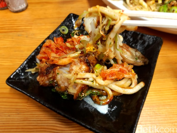 Satu paket lengkap untuk dihabiskan 3 orang. Harganya mulai dari JPY 1.000-2.500 atau sekitar Rp 100 ribuan untuk satu loyang okonomiyaki. (Bonauli/detikcom)