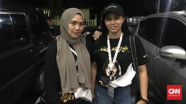 Dua penggemar Nike Ardilla dari Malaysia.
