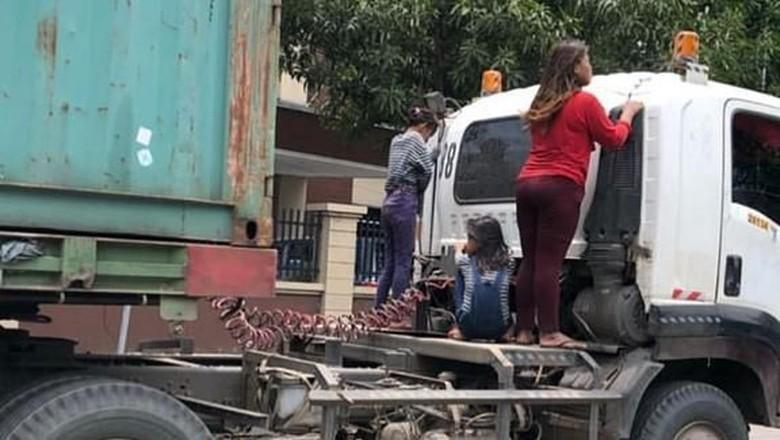 Bahaya! Kelakuan Kids Zaman Now Naik di Sambungan Truk Trailer