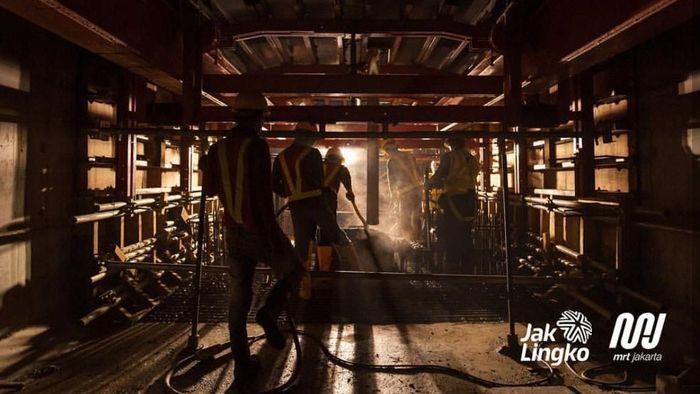 Foto-foto ini memperlihatkan para pekerja proyek MRT Jakarta yang bekerja siang malam hingga akhirnya transportasi massal kebanggan Indonesia itu resmi beroperasi.