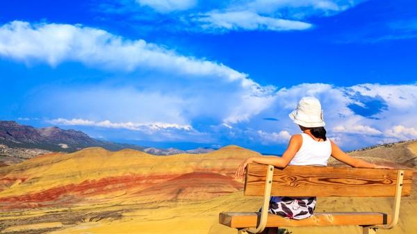 Duduk santai sambil menyaksikan Painted Hills yang menawan (iStock)