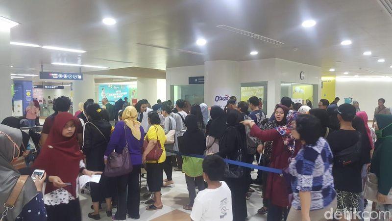 Beginilah antusiasme traveler saat mau mencoba MRT Jakarta. Ini adalah suasana di Stasiun MRT Dukuh Atas BNI (Fitraya/detikTravel)
