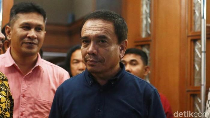 Gubernur non aktif Aceh, Irwandi Yusuf bersama staf ahli gubernur Henri Yuzal, dan swasta Syaiful Bahri mengikuti siding tuntutan di Gedung Tipikor Jakarta, Senin (25/3/2019).