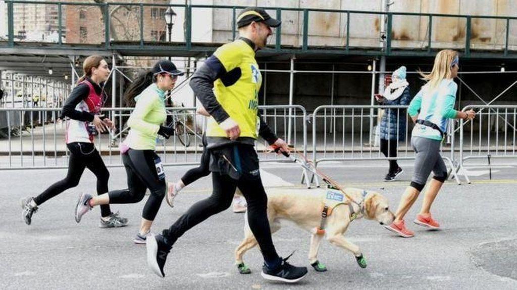 Dibantu Anjing Pemandu, Pria Tunanetra Ini Berhasil Finis Maraton