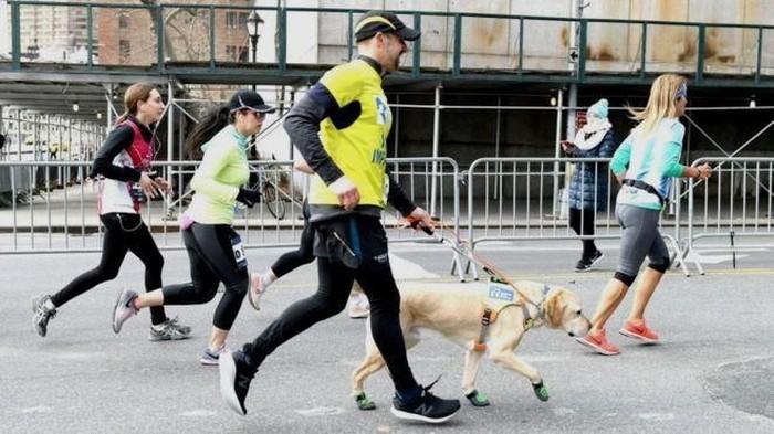 Thomas yang tunanetra berlari dengan bantuan anjing. (Foto: BBC)