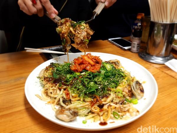 Isinya berupa udon, sayuran, udang, cumi-cumi, kerang, kue beras, daun bawang dan kimchi. Rasanya pun menggoyang lidah. (Bonauli/detikcom)