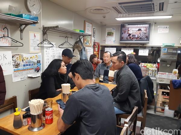 Tempat ini memang sudah terkenal dengan okonomiyakinya yang lezat. Kedainya tidak begitu besar, namun selalu penuh oleh pengunjung. (Bonauli/detikcom)